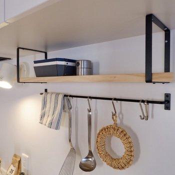 木材のナチュラルな飾り棚には、調味料などを置いておけますよ。
