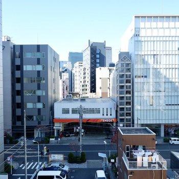 眺望は正面の通りと立ち並ぶビルディング。都会的な眺めですね。