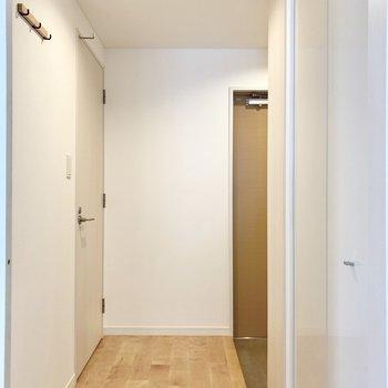 廊下へ出て左扉へ。