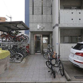 1階のバルコニーの外は駐車場です。エントランス前には駐輪場。