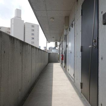 玄関前の共用部もコンクリで統一。(※写真は5階の共用部です)