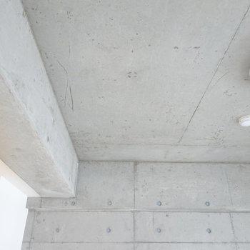 天井もコンクリート!(※写真は5階の同間取り別部屋のものです)