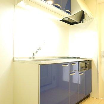 青色のキッチン。冷蔵庫は左手に。(※写真は5階の同間取り別部屋のものです)
