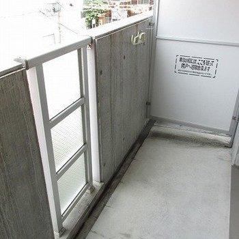 ベランダは適度な広さで、洗濯物もしっかり干せます。(※写真は5階の同間取り別部屋のものです)
