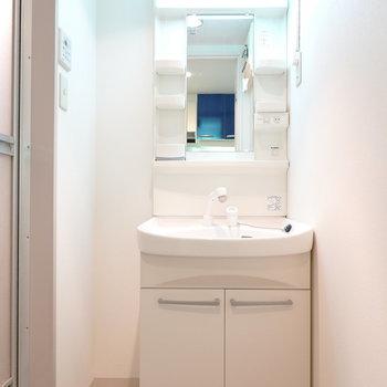 脱衣所には洗面台。お風呂は入って左側。(※写真は5階の同間取り別部屋のものです)