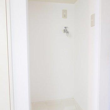 洗濯機置き場は玄関横にあります。突っ張り棒とカーテンで目隠ししたいな。(※写真は5階の同間取り別部屋のものです)