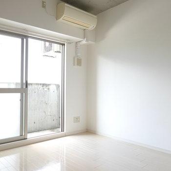 洋室は7.2帖。家具もしっかり置けそうです。(※写真は5階の同間取り別部屋のものです)