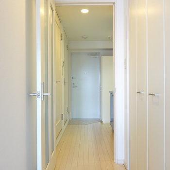 洋室からキッチンへ。右の扉はクローゼットです。(※写真は5階の同間取り別部屋のものです)