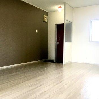 壁片側は淡いブラウンのアクセントクロス。雰囲気がいいです。