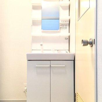 お風呂前に独立洗面台。収納もあるのが嬉しいですね。