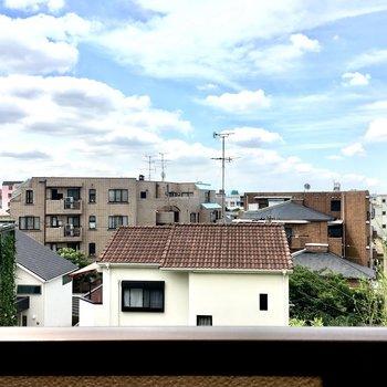 閑静な住宅街。木々が風で揺れる音がします。