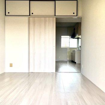 洋室】壁や床に陽光が反射して開放感があります。