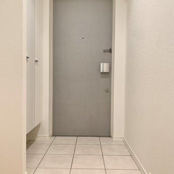 フラットな玄関です。※写真は8階の同間取り別部屋のものです