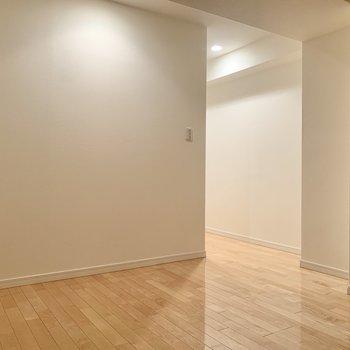 【LDK】キッチンはこの奥です。※写真は8階の同間取り別部屋のものです