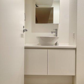 洗面台のスペースは十分ありますよ。※写真は8階の同間取り別部屋のものです