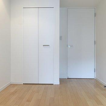 【洋室4.87帖】収納は後ろです。※写真は8階の同間取り別部屋のものです