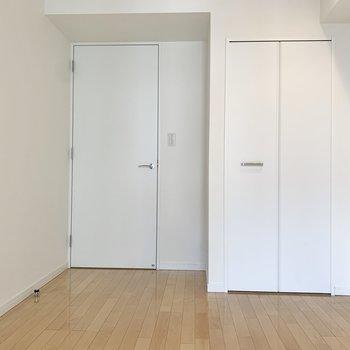 【洋室5.17帖】程よい広さで落ち着きます。※写真は8階の同間取り別部屋のものです