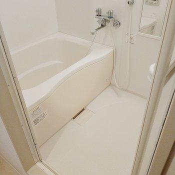 お風呂はサーモ水栓。うれしい追い焚き付き!
