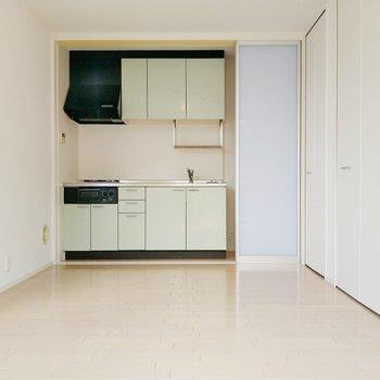 半透明の引き戸の先には、ピスタチオカラーのキッチン!
