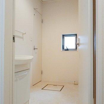脱衣所広々!窓もあります。左の扉がトイレ。