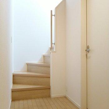 玄関入ってすぐに階段。右の扉が脱衣所です。まずは2階へ。