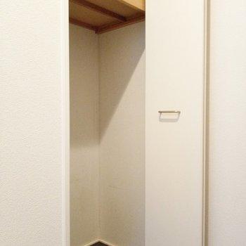 シューズボックスは棚式。市販のシューズボックスをすっぽり入れることもできそう。