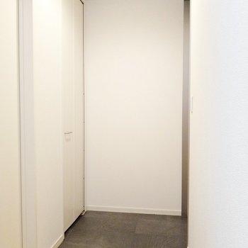 玄関はフラット。靴は4足くらい出しっぱなしでもよさそう。