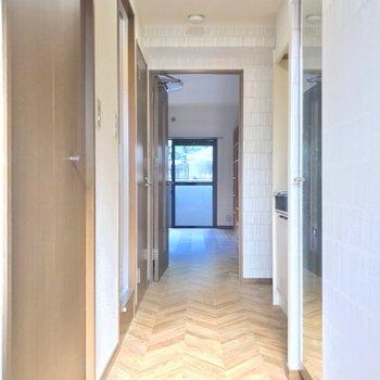 ヘリンボーンの床は廊下から続きます。