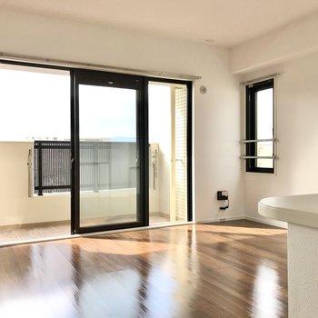 リビングはキッチンも入れて13帖。明るい空間です(※写真は5階の同間取り別部屋のものです)