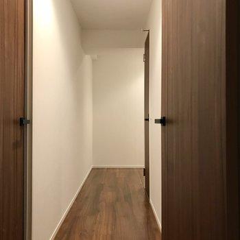 廊下を通って次の洋室へ。左側の扉ですよ(※写真は5階の同間取り別部屋のものです)