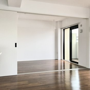 リビング横には6帖の洋室(※写真は5階の同間取り別部屋のものです)