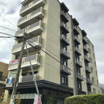 大通り沿いの新築マンション。色合いが素敵♩