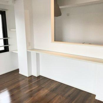窓辺には棚。そしてキッチン前にはカウンターも!ここで珈琲を飲んだりね◯(※写真は5階の同間取り別部屋のものです)