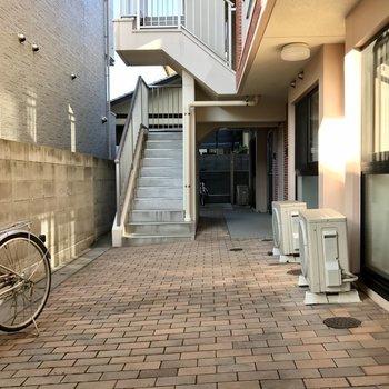 共用部の奥に駐輪スペースがあります。