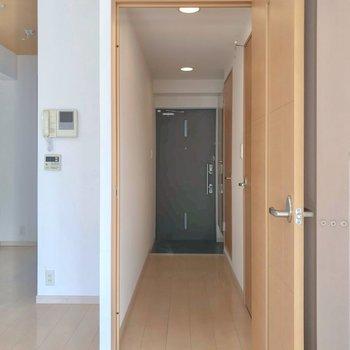 ほかの水まわりは廊下側に。モニターホン付きも嬉しいですね。