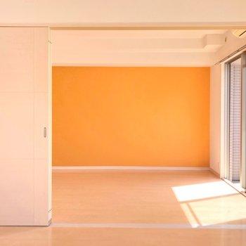 リビングの隣には6.1帖の洋室。ダブルベッドもしっかり置ける広さです。