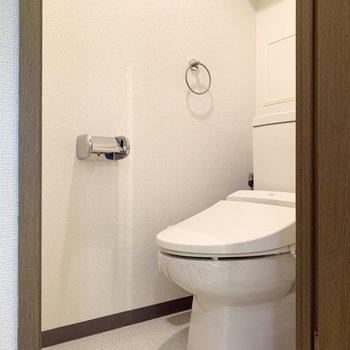反対側に温水洗浄便座のトイレ。※写真は1階の同間取り別部屋のものです