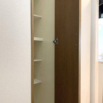 シューズボックスは1段に1足入ります。※写真は1階の同間取り別部屋のものです