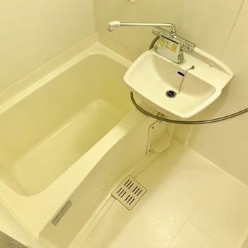2点ユニットのシンプルなバスルームです。※写真は1階の同間取り別部屋のものです