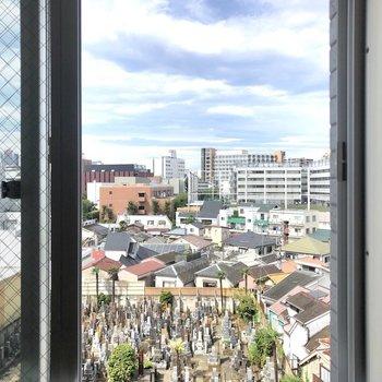 西向きの窓からの眺望です。
