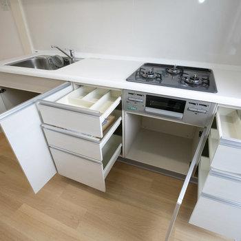 食器や調理道具もしっかりとしまえそう。※画像は同カラー・同間取り(反転タイプ)の別室です。
