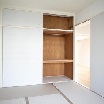 収納スペースもしっかりと。ハンガーパイプがついているので洋服をしまうのもラクラク。※画像は同カラー・同間取り(反転タイプ)の別室です。