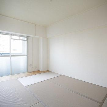 こちらは6畳の和室。畳も含めてカラーコーディネートされていて、モダンなインテリアにも合いそうです。※画像は同カラー・同間取り(反転タイプ)の別室です。