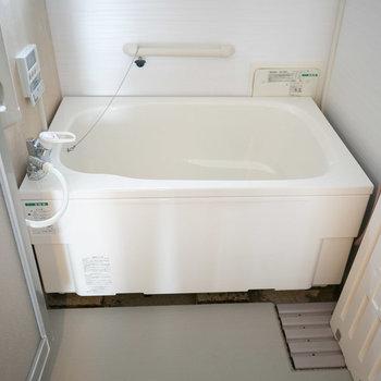 お風呂はこちら。浴槽が新しいものになっています。※画像は同カラー・同間取り(反転タイプ)の別室です。