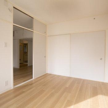 こちらはLDKお隣の6畳大の洋室です。広々のスペースがあるのでソファを置いてここを団欒の間にしてもよさそう。※画像は同カラー・同間取り(反転タイプ)の別室です。