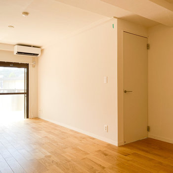 【LDK】右のドアから洋室へ