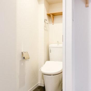 トイレはタンク式です※写真はクリーニング前のものです