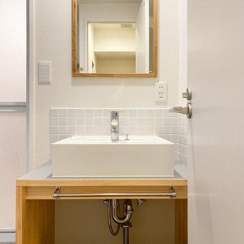 タイルが素敵な独立洗面台※写真はクリーニング前のものです