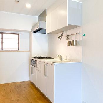 お部屋に溶け込む白いキッチン