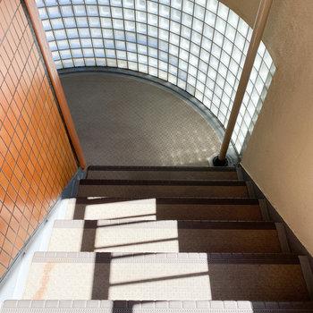 ガラスブロックから優しい光が差し込む階段